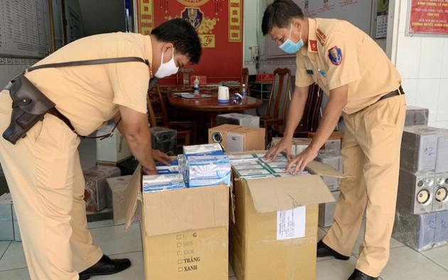An Giang: Bắt giữ 5.000 chiếc khẩu trang y tế và nhiều hàng hóa khác không hóa đơn - Ảnh 1.