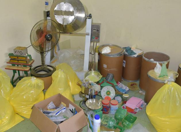 Bắt quả tang cơ sở sản xuất gần 4,5 tấn thuốc thủy sản giả - Ảnh 2.