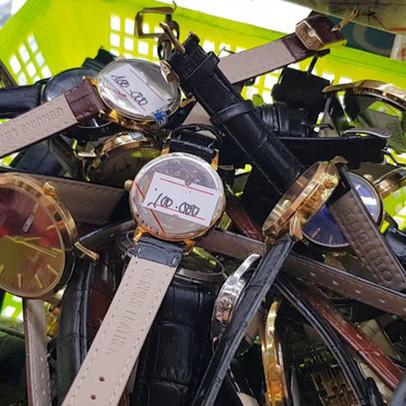"""Đồng hồ hàng hiệu Orient, Halei… bán """"đổ đống"""", giá vài chục nghìn đồng"""