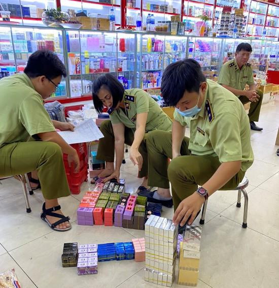 Đột kích điểm nóng TP. Hồ Chí Minh bắt giữ hàng chục ngàn sản phẩm giả mạo thương hiệu Gucci, D&G, LV - Ảnh 2.