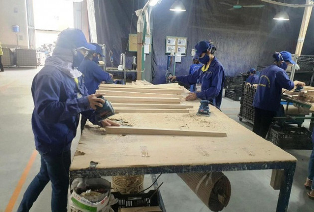"""Làng nghề gỗ """"bí"""" cả đầu ra lẫn đầu vào vì Covid-19 - Ảnh 1."""