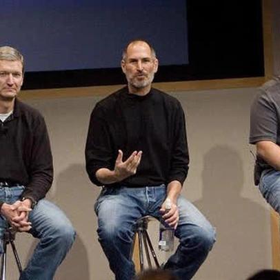 """Nhìn lại 10 năm Tim Cook tiếp quản Apple: Phong cách quản lý và điều hành của ông khác với """"người tiền nhiệm"""" Steve Jobs như thế nào?"""