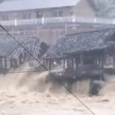 Nông dân TQ thẫn thờ giữa dòng nước lũ: Nhà cửa sẽ không bị sập chứ? Thật đáng sợ!