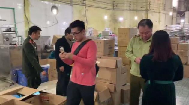 Phát hiện cơ sở sản xuất khẩu trang kháng khuẩn bằng… giấy vệ sinh - Ảnh 1.