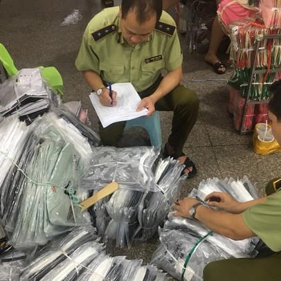 Phát hiện hàng ngàn dây lưng da Louis Vuitton, áo phông nam gắn nhãn LV... giá chỉ 20.000 đồng/chiếc tại chợ Ninh Hiệp