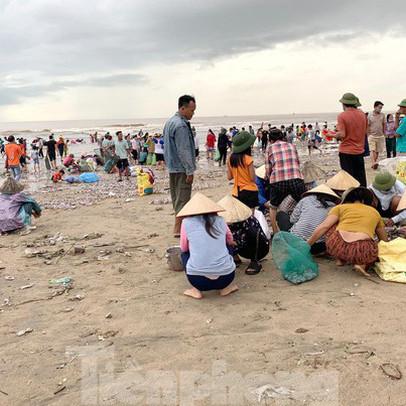 Sóng đưa 'lộc' vào bờ, người dân đổ xô đi nhặt kiếm bạc triệu chỉ trong vài giờ