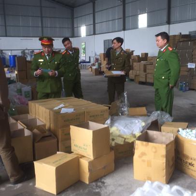 Tạm giữ hơn 1.300 chai nước rửa tay khô chưa được công bố chất lượng tại Bắc Giang