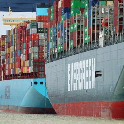The Economist: Khi chi phí vận tải không giảm, tàu hết chỗ nằm chờ, doanh nghiệp buộc phải chuyển hướng ra sao?