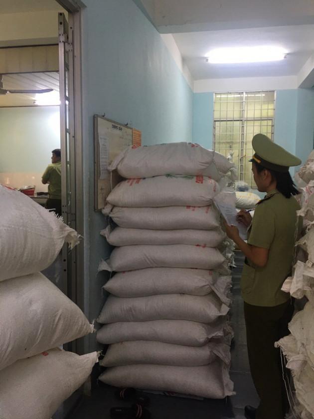 Tịch thu 8 tấn đường cát Thái Lan nhập lậu tại An Giang - Ảnh 1.
