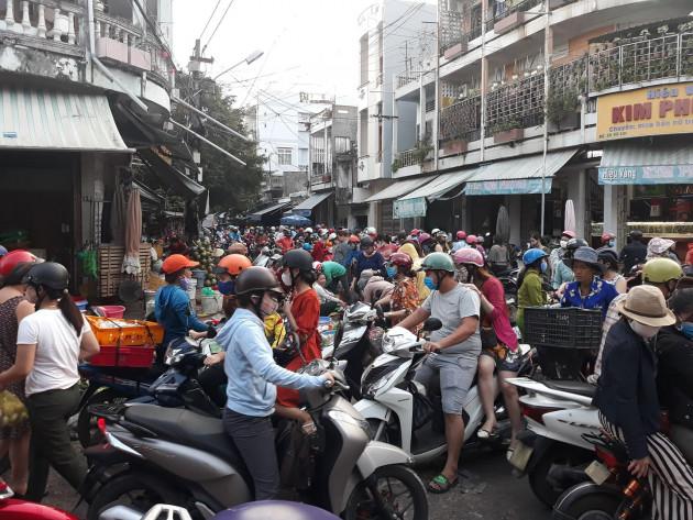 """Bình Định: Tin đồn cửa hàng xăng dầu """"đóng cửa"""", người dân đổ xô đi mua!"""