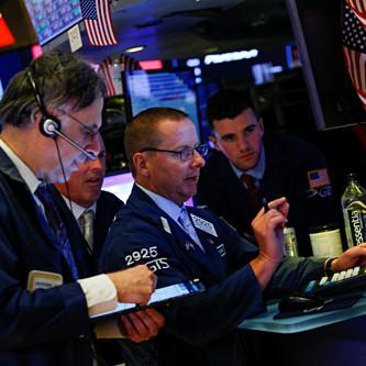 Các nhân viên giao dịch trên sàn chứng khoán New York. Ảnh: Reuters
