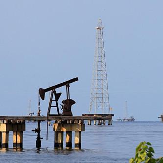 Giá dầu thế giới xuống đáy 5 tháng