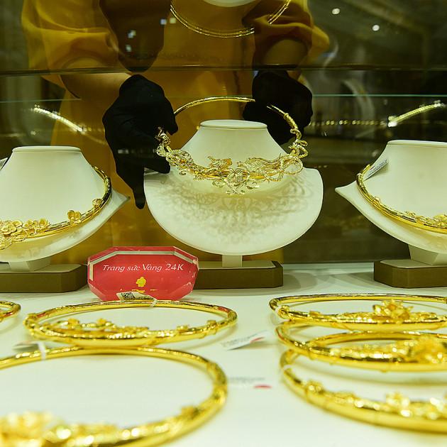 Giá USD bật tăng, vàng quay đầu giảm