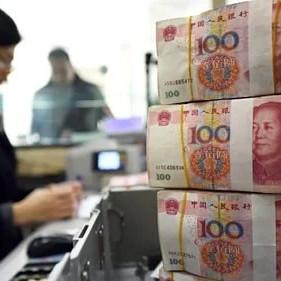 Nhân viên đếm tiền 100 nhân dân tệ tại một ngân hàng ở Trung Quốc. Ảnh: AFP