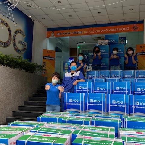 Tập đoàn Austdoor tặng vật phẩm cho tuyến đầu chống dịch